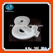 Plat à base de céramique blanc pur, plat, alphabet en céramique, plat de caractère