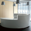 comptoir de réception semi-circulaire de couleur blanche