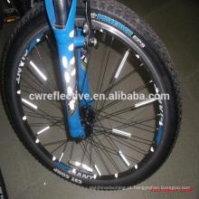brilhar no refletor de raios de roda de bicicleta escuro