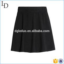 Minifalda plisada negra de la moda de las mujeres