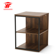 En casa pequeña mesa de centro cuadrada de madera