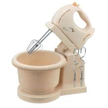 Fouet électrique d'oeuf tenu dans la main de mélangeur de main de cuisine