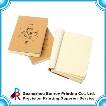 Pequeño cuaderno kraft con páginas en blanco dentro del tamaño personalizado