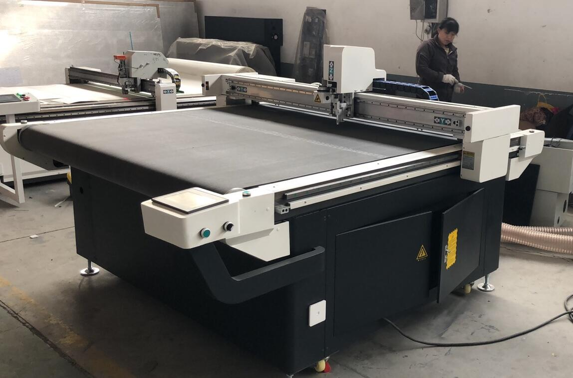 CNC cutting machine with oscillating knife