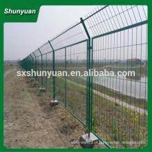 Revestimento de PVC protegendo a cerca de engranzamento de fio