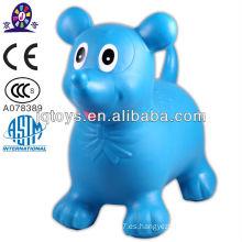 Jinete inflable caliente juega animales saltando