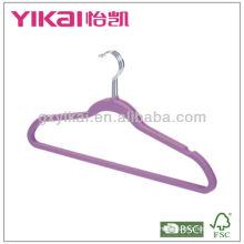 Пластмассовая вешалка с резиновым покрытием и пазами для брюк