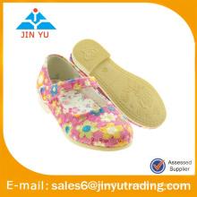 Zapatos de vestido de lujo de las muchachas hermosas con la flor