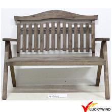 Cadeira de jardim de madeira antiga do estilo do país