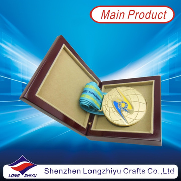 Kasachstan Gold Runde Medaille Soft Enamel 3D Globe Design Medaille Satinband mit Medaille Holz Box (lzy2013-00003)