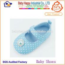 Le célèbre texte de la marque a passé des chaussures de bébé de haute qualité