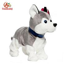 Cão pequeno de pelúcia realista latindo com sonda