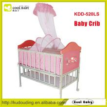 China fabricante NOVO design berço do bebê do ferro na imitação do berço de madeira do bebê com cama do bebê da rede de mosquito pode ser prolongado