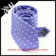 Corbata azul blanca de seda del hombre de lino