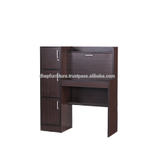 Mesa de estudio de madera con gabinete lateral