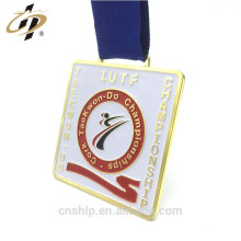 Articles promotionnels carrés or taekwon font des médailles sportives avec ruban de soie