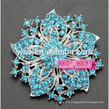 Broche fleur vintage à cristaux colorés