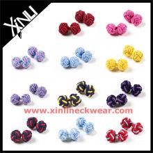 Gemelos de nudo de seda de color diferente y sólido
