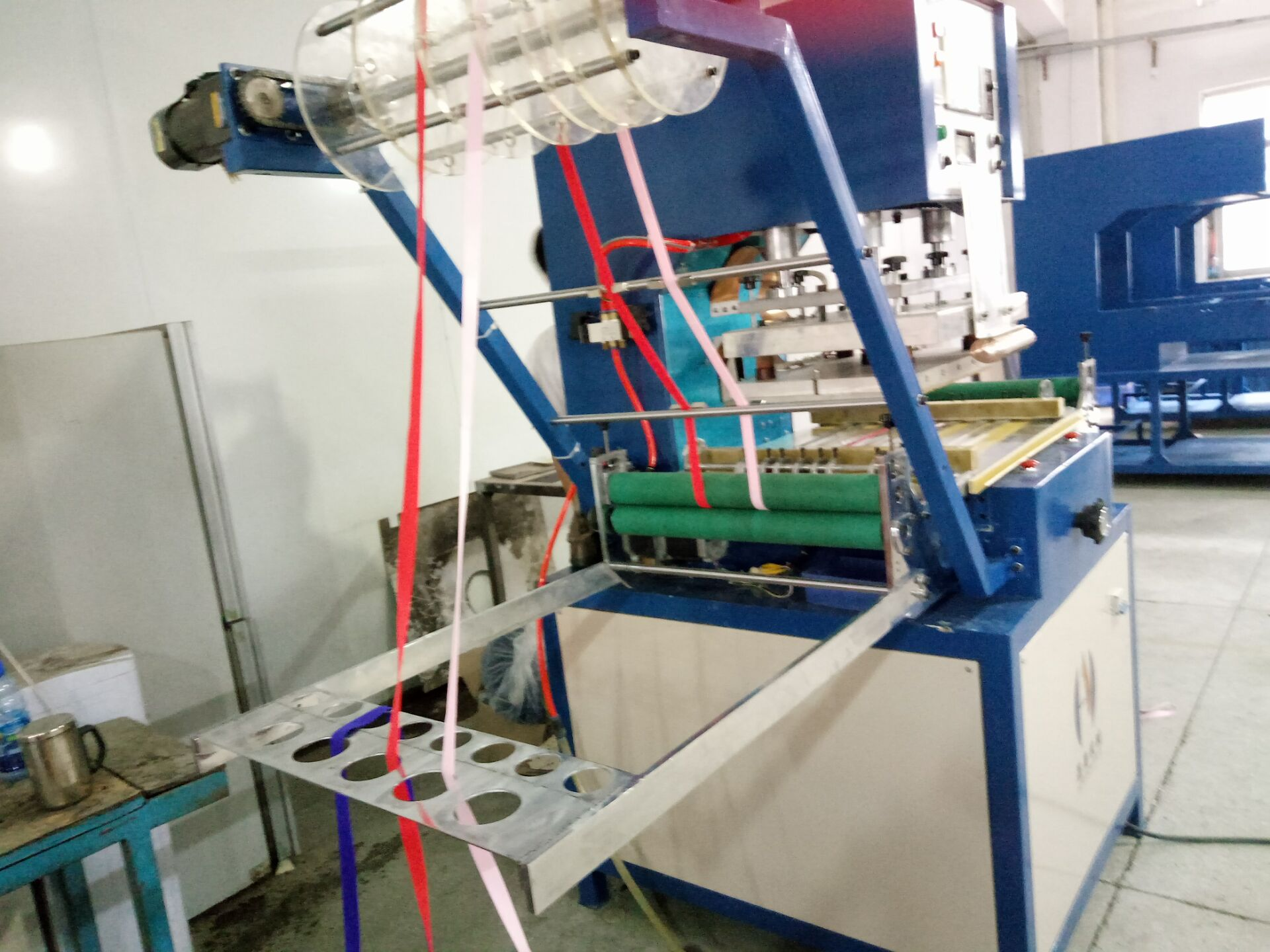 Automatic high frequency ribbon logo embossing machine