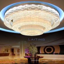 Luz de la lámpara del techo del pasillo de banquete de lujo del hotel grande