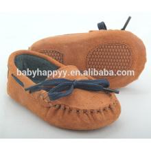 Venda por atacado pequeno MOQ marrom gommino suede couro sapatos de bebê com strappy