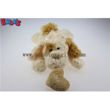 Beige Lying Lovely Plüsch Hund Spielzeug mit braunem Ohr und Herz Kissen Bos1189