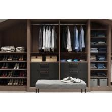 armario abierto con armario de madera en el dormitorio