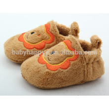 Zapatilla de bebé plana de interior linda del león