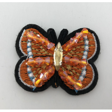 patch papillon perlé à la machine colorée