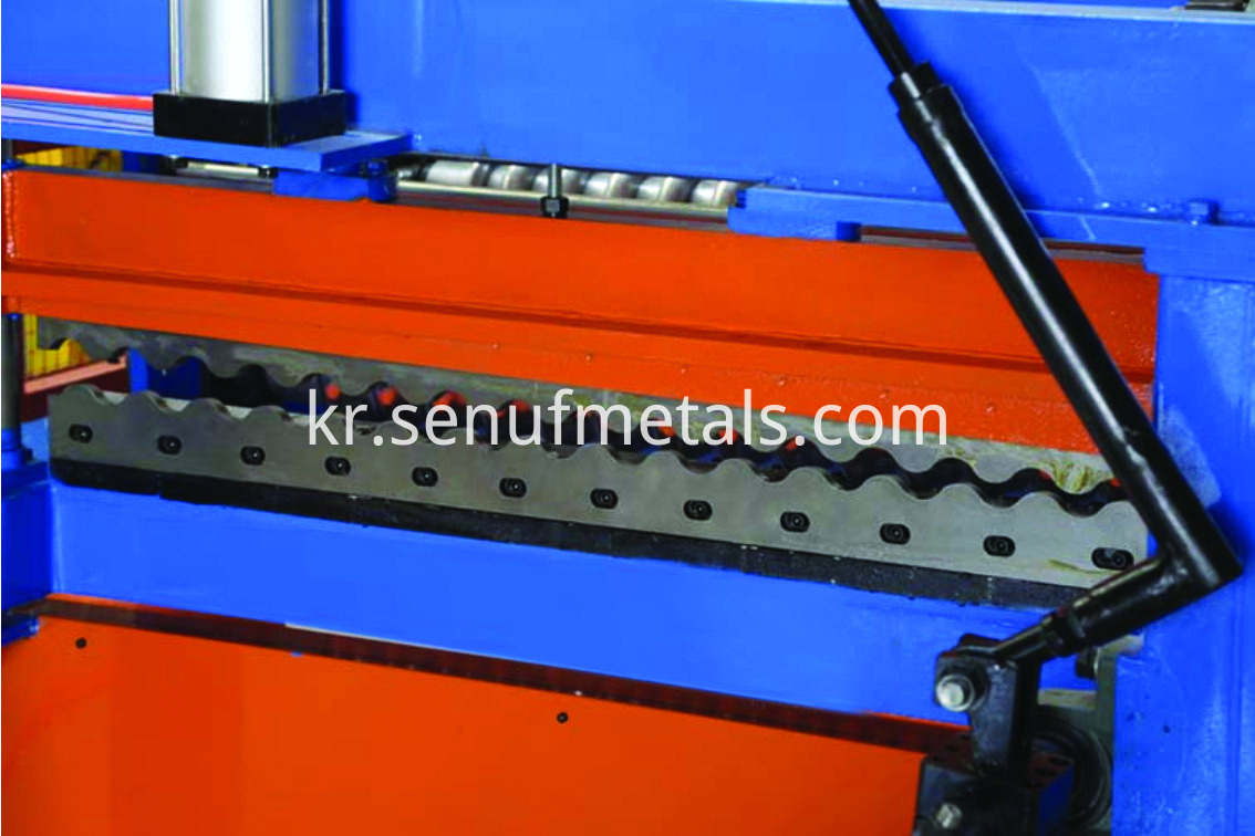 Corrugated roofing machine cutting