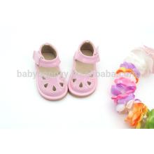 El niño infantil rosado chisporrotea los zapatos lindos de las sandalias MOQ300 de los cabritos