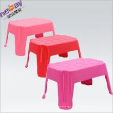 Малая площадь дети используют пластиковый стул