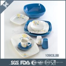 Belo conjunto de jantar de cerâmica de placas azuis e brancas