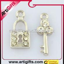 serrure en métal et pendentif clé