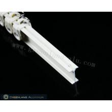 Белый карниз для штор из алюминиевого профиля с электрофорным эффектом