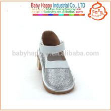 Sandalias de plata divertidas del verano del bebé de los zapatos que chillan de los niños vendedores calientes
