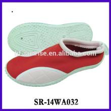 Los zapatos del color de la aguamarina de los hombres calzan los zapatos que caminan del agua de la playa