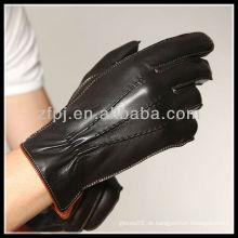 2013 CCTV Mann, der lederne Handhandschuhe kleidet