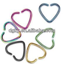 Coloridos de titanio corazón forma amor cartílago pendientes clip-on anillos