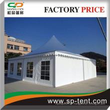 Tente de mariage 12x12m grande avec garnitures pour 100 chaises et 10 tables rondes sous la tente