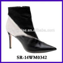El tobillo atractivo del alto talón calza el cargador de la mujer