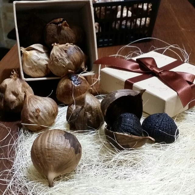 whole black garlic2