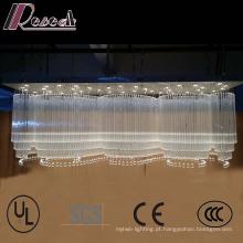 A grande onda da entrada do hotel dá forma ao candelabro de cristal luxuoso do K9