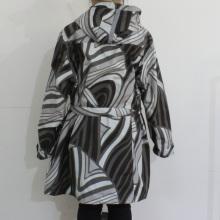 Blanco y negro modelo geométrico impermeable de PVC con capucha para mujer