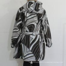 Motif géométrique noir et blanc à capuchon PVC imperméable pour femme