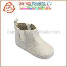 Los niños calzan los cargadores del bebé de la manera