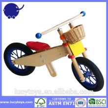 Bicicleta de madeira feita sob encomenda dos miúdos