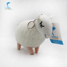 Игрушечный брелок в виде овечки