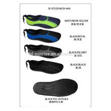 Forme a agua del aqua los zapatos de la aguamarina calzan los zapatos del agua zapatos que practican surf zapatos de la playa para el agua