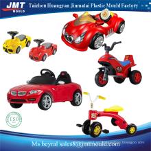 los niños del coche eléctrico montan en un molde de juguete
